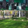 Beaucoup d'espaces verts et des bâtiments installés sur pilotis.