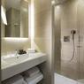 <b>APRÈS.</b> Une salle d'eau conforme aux standards actuels de l'hôtellerie.