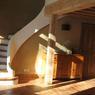 Pièce centrale de la maison avec un sol rénové en tomettes et un escalier en voûte sarrasine.