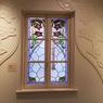 Joliment mise en valeur, cette fenêtre Art Nouveau française, est la favorite du responsable du musée.