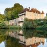 Le manoir prieural, construit au début du XVIIe siècle, domine fièrement la Creuse.