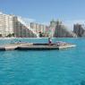 Il est notamment possible de faire du bâteau, de la plongée ou du paddle dans cette immense piscine.