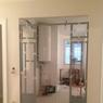 Un accès à la cuisine a été créé du côté salle à manger à l'aide d'une verrière sur-mesure métallique qui laisse la pièce respirer.