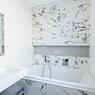 <b>APRÈS.</b> Salle de bains en marbre.
