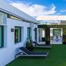 Sur la terrasse se trouvent également un spa, un solarium et une salle à manger couverte.