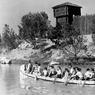 Traversée de la rivière avec les Indiens, dans leur canoë, 1957.