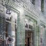 Gros plan sur la façade en briques transparentes.