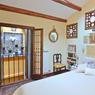 En plus de sa chambre, cet appartement du quartier Saint-Marc dispose d'une terrasse et d'un amarrage privé.
