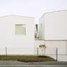 La façade à la chaux ne laisse pas deviner derrière-elle la séparation en quatre petits logements. ©Audrey Cerdan