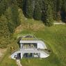 Petite vue aérienne de cette maison sous la colline qui dispose d'un toit terrasse végétal.