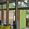 Le poêle à bois permet de réchauffer la maison qui dispose aussi d'une toiture végétalisée.