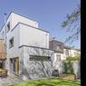 La façade en bardage métallique en tôle ondulée tranche avec le béton de la maison précédente. ©Interval Photo