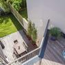 Une vue plongeante sur la terrasse et le balcon depuis le haut de la maison. ©Interval Photo