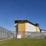 Le terrain de sport devant le centre pénitentiaire de Riom, conçu par Spie Batignolles.
