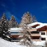 Ce chalet conçu tout en bois à Davos est doté d'une extension moderne et offre 500 m² de surface habitable. Il est à la vente pour 4,6 millions d'euros.