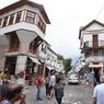 La ville attire bon nombre de touristes.
