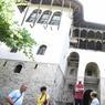 Des touristes visitant la maison Skenduli.