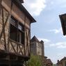 Maison à colombage et toit de l'église