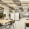 Aux occupants d'inventer leur manière d'occuper l'espace dans une ambiance de gymnase! Dans cette salle modulable, il est permis d'écrire sur les murs blancs mobiles qui peuvent créer de nouveaux espaces.