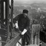Image d'archives, en 1930, sur le chantier de l'Empire State Building avec le Chrysler Building en arrière-plan..