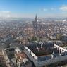 Vue aérienne du bâtiment réaménagé et de l'unique flèche de la cathédrale de Strasbourg, à l'arrière plan.