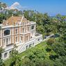 La demeure offre 1200 m² habitables et 8000 m² de jardins luxuriants.