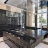 La propriété a été entièrement rénovée pour faire la part belle aux matériaux d'exception: marbres d'Italie, nacres ou sols en cuir...