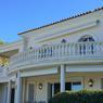 La façade de la villa avant travaux, caractéristique d'un style néo provençal kitsch, avec une balustrade sertie de fausses colonnes.