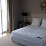 La chambre à coucher avant rénovation, au style démodé et vieilli.