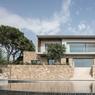 La villa après rénovation de l'agence Caprini & Pellerin, à l'architecture contemporaine minimaliste, où se mêlent la pierre, le métal et le bois.
