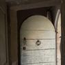 Poussez la lourde et massive porte en bois pour découvrir la mansarde de François et Betty Catroux.