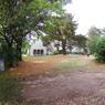 Vue du terrain où devait être implantée la nouvelle maison, entre deux constructions existantes.