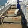 Les granulats marins sont chargés sur le pont du navire, l'eau est évacuée et les sables retombent par décantation.