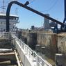 De retour au port de La Rochelle, les 2800 mètres cubes de sable sont aspirés et acheminés via une pipe en acier, vers un lieu de stockage proche du port.