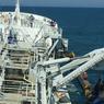 L'élinde de 60 mètres de long et lourde 30 tonnes, est descendue dans la mer au moyen de verins hydrauliques.