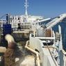 L'élinde aspire les granulats à 45 mètres de profondeur, puis ils sont déversés dans les cales du navire.