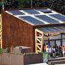 La maison de bois de l'équipe roumaine, où l'eau de la douche est recyclée et où les filtres des ventilateurs sont en laine de mouton, est conçue pour être installée sur un toit de HLM.