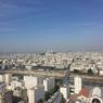Vue depuis l'appartement visité, sur la gare du Nord et les voies ferroviaires (centre) et sur la Tour Eiffel et la basilique (arrière-plan).
