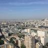 Du haut du 38e étage, la Tour Prélude offre une vue panoramique sur les toits de Paris, ainsi que sur la Tour Montparnasse (gauche), la Tour Eiffel (centre) et la basilique du Sacré-Cœur de Montmartre (droite).