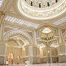 Le hall principal du palais, avec ses arabesques sur les murs et son dôme.