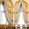 Les somptueux rideaux à baldaquins de la salle à manger évoquent le sable chaud du désert et les eaux bleues du Golfe persique.
