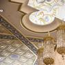 Les lustres entièrement réalisés à la main ont nécessité un savoir-faire minutieux. On retrouve des arabesques orientales sur le plafond, un entrelacs de feuilles, plumes et gouttes d'eau.