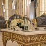 Une table basse de style romain, décorée de feuilles d'or, devant un des fauteuils du Main Majlis, la salle de réunions au sommet.
