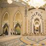 Très protocolaire, le Main Majlis possède en son cœur un portrait de l'actuel président des Émirats Arabes Unis, Khalifa bin Zayed bin Sultan Al Nahyan. Cette salle de réunion au sommet n'est pas ouverte au public, pour des raisons de protection du tapis en soie et de solennité du lieu.