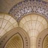 Les luminaires du Main Majlis n'ont rien à envier aux contes merveilleux de Shéhérazade. Arabesques et moucharabiehs en or semblent tout droit sortis d'une page des Mille et Une Nuits.