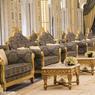 Parfaitement alignés, les majestueux fauteuils bleu et or, de style classique, acceuillent les officiels et diplomates lors de réunions au sommet dans le Main Majlis.