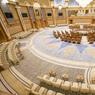Vue plongeante de l'imposante salle du Conseil Suprême.