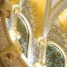 Les dorures, le marbre blanc d'Italie et le marbre bleu du Brésil parent les murs et le dôme de la salle du Conseil Suprême, avec une note andalouse.