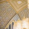 L'immense lustre de la salle du Conseil Suprême brille de mille feux. Situé à 21m au dessus du sol, il a été entièrement fait à la main.