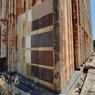 Au pied de la tour, on retrouve les anciens essais de diverses teintes d'acier Corten pour choisir la bonne.